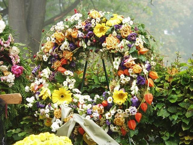 Grabschmuck nach Beerdigung entfernen