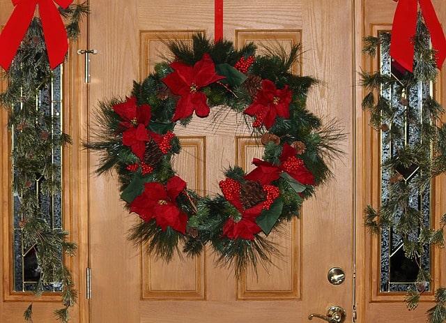 Kränze zu Weihnachten dekorieren