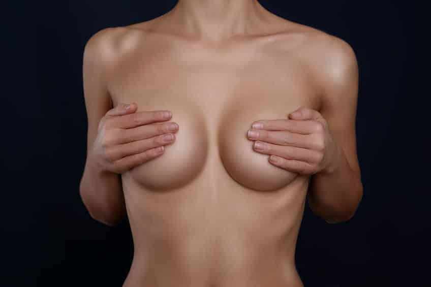 An der Brust festgezogen