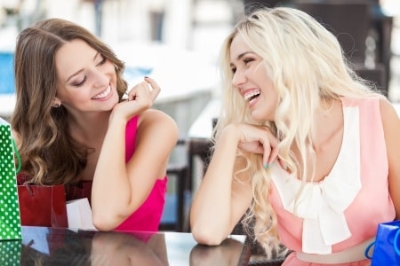 glückliche Frauen beim Shoppen