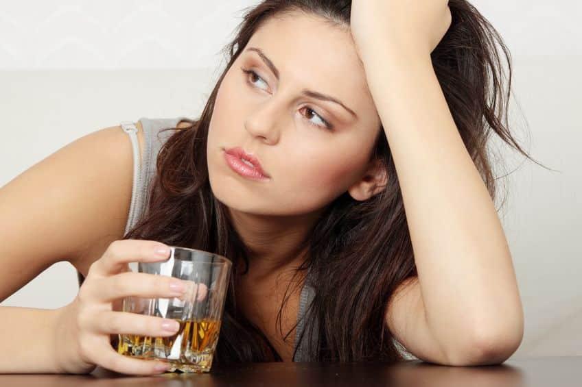 Bild Frau trinkt Alkohol