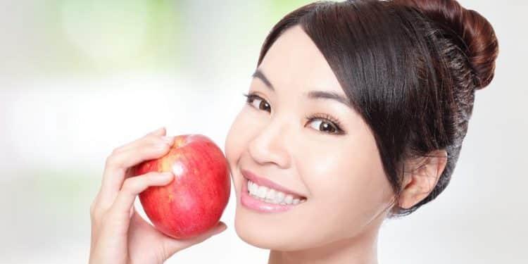 Bild Frau mit Apfel