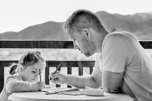 Bild Vater malt mit Kind