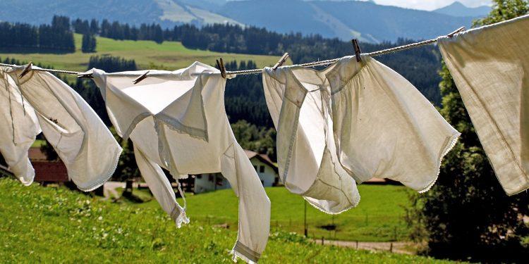 Bild weiße Wäsche auf der Leine