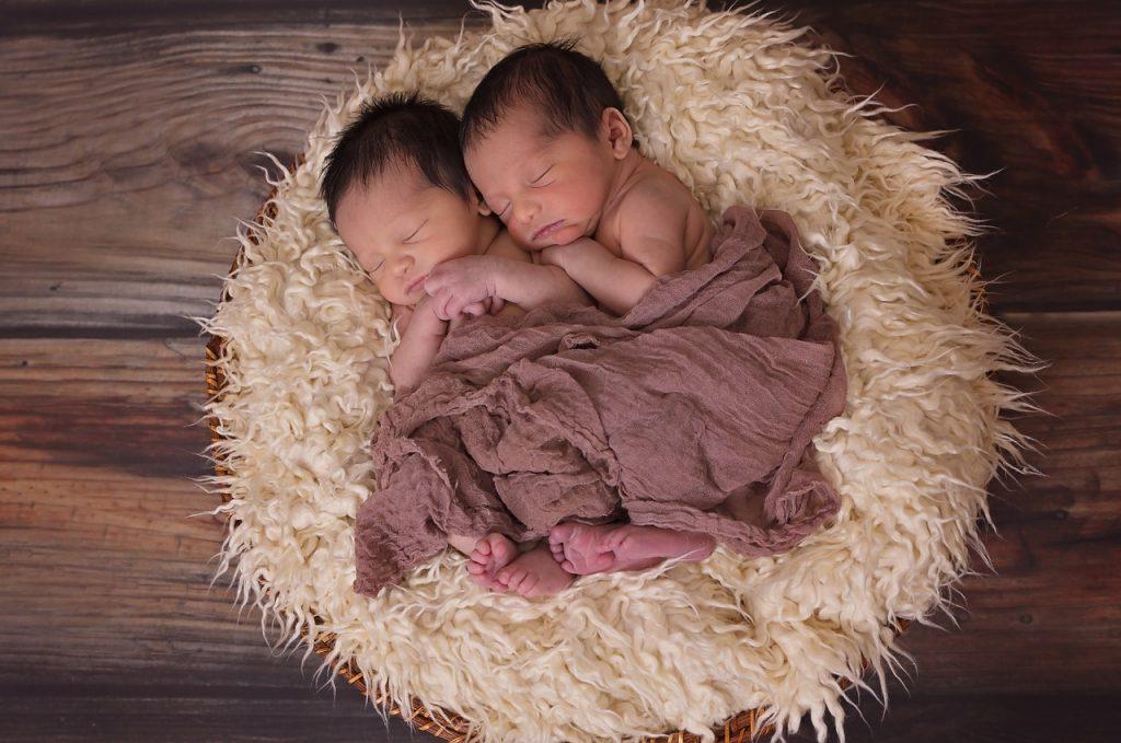 Bild Babys auf Lammfell
