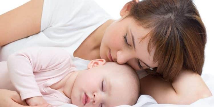 Bild Mutter mit Baby im Bett